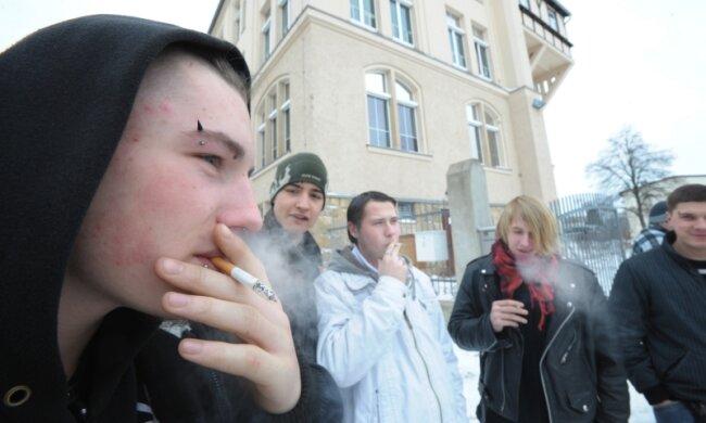 """<p class=""""artikelinhalt"""">Am Beruflichen Schulzentrum für Technik in Limbach-Oberfrohna qualmen die volljährigen Schüler vor dem Eingang der Schule - ob die Einrichtung Raucherzonen schafft, muss erst eine Schulkonferenz beschließen. </p>"""
