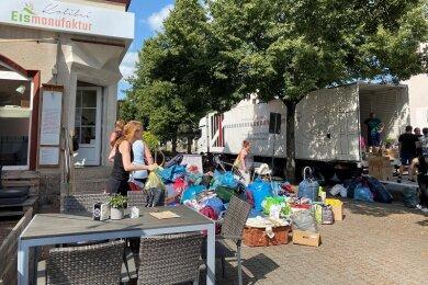 In Flöha wurden gestern Sachspenden für die Hochwasseropfer verladen. Fraglich war, wie viel Platz für die in Augustusburg gesammelten Hilfsgüter bleibt.