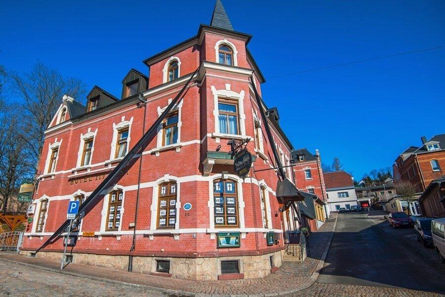 """Das Hotel """"Zur Post"""" in Schönheide. Mit einem Trauerflor will Inhaber Steffen Münch auf seine Situation aufmerksam machen."""