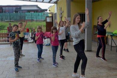 Fit vor Kids - das Angebot von Monika Meinhold (rechts) funktioniert auch im Juzet-Ausweichquartier, dem Kulturzentrum Treuen.
