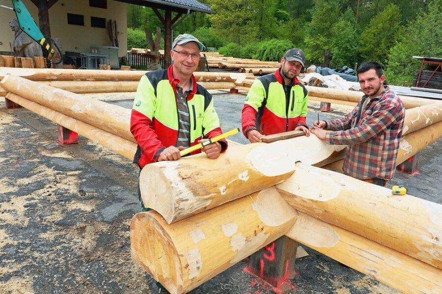 Waldarbeiter errichten neues Blockhaus