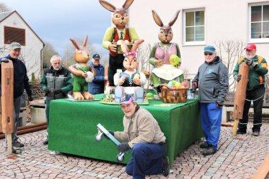 Die Mitglieder des Heimatvereins Falkenau haben die Osterhasenfamilie hervorgeholt.