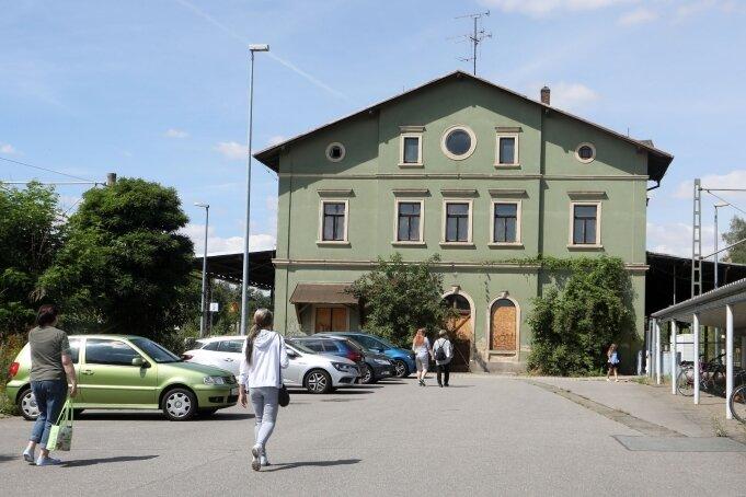 Sind dem Eigentümer aus Süddeutschland ein Dorn im Auge: Parkende Autos auf dem Bahnhofsvorplatz in St. Egidien.