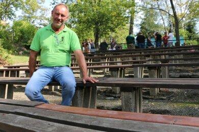 Falk Zeh vom Dorfclub Syrau zeigt die Bänke der Freilichtbühne, die erneuert werden sollen.
