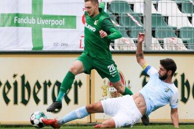 CFC-Kapitän Niklas Hoheneder (rechts) stoppt den Leipziger Florian Kirstein. Dennoch mussten sich die Chemnitzer im letzten Spiel vor dem November-Lockdown der BSG Chemie Leipzig mit 0:2 geschlagen geben. Es war die sechste Niederlage in dieser Saison.