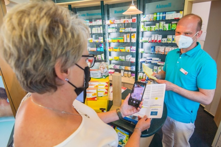 Apotheker Norman Arenz - im Bild mit Silvia Walther - rechnet im Wochenverlauf mit rund 100 Kunden, die sich den digitalen Impfnachweis bei ihm holen wollen.