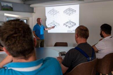 Auch die Mitarbeiter des Peniger Metallbauunternehmens LAB Leuteritz müssen bei ihren Besprechungen aktueller und künftiger Bauprojekte wegen Preissteigerungen und Lieferengpässen ständig neu entscheiden.
