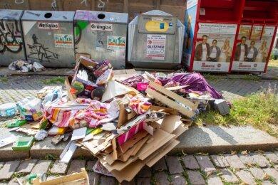 2020 kein seltener Anblick: Wilder Müll an Containerstandplätzen. Auch Abfallberge an Wald- und Straßenrändern nehmen zu.