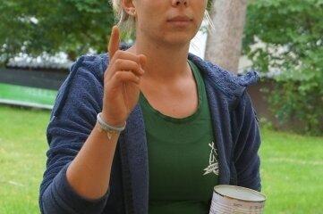 Anika Piontek erklärt, wie man eine Hobo-Kochstelle baut.