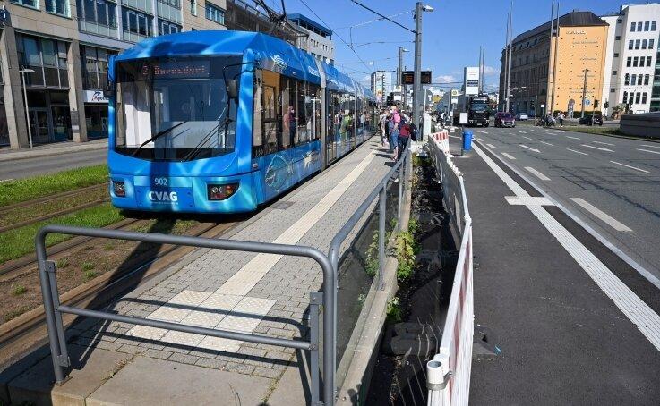 Außenstelle der Zenti an der Bahnhofstraße: Links der Behelfsbahnsteig der Straßenbahn, rechts die neue Ersatz-Haltestelle für Busse.