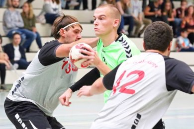 Eng ging es beim Derby der Männer zu. In dieser Szene versucht sich der Fraureuther Michael Köstler (Mitte) gegen die Zwickauer Lucas Elsner (rechts) und Tom Steudemann durchzusetzen.