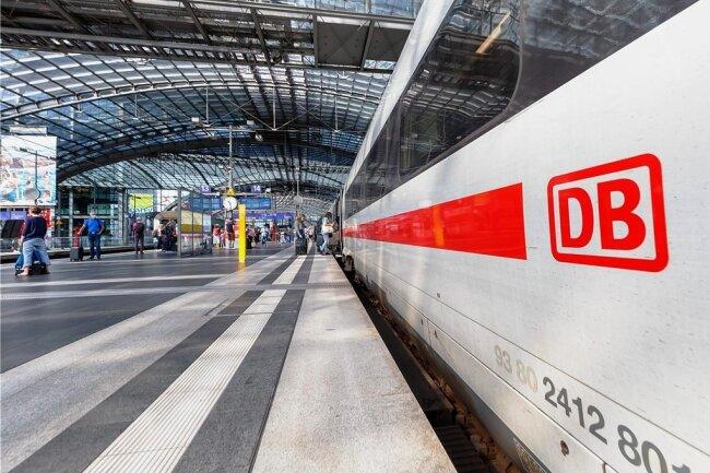 Ein ICE-4-Zug wartet im Berliner Hauptbahnhof auf die Weiterfahrt. Erneut gibt es Probleme mit der Baureihe.