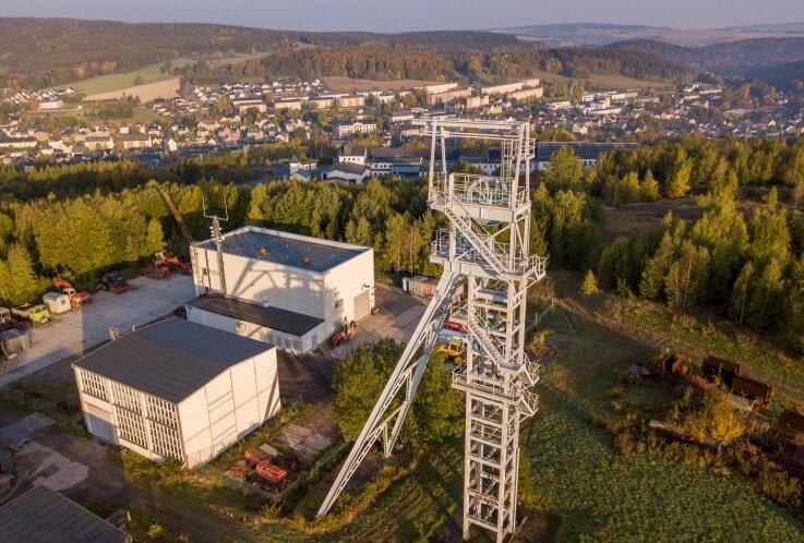 In Ehrenfriedersdorf sorgt man sich, dass Gebiete wie der Sauberg (im Bild der Förderturm) zu einer Müllhalde belasteten Bodens werden. Dafür sind laut Experten eigene Regularien nötig.