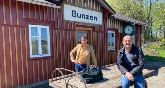 Christoph Kopp (l.), Vorsitzender des Vereins Obervogtländische Eisenbahnen, und sein Stellvertreter Ingo Penzel am Haltepunkt im vogtländischen Örtchen Gunzen.