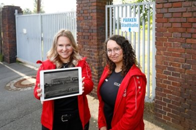 Laura Remus (l.) und Anja Küchler am Tor zum Sportplatz hinter der Stadthalle. Hier beginnt die digitale Schatzsuche.