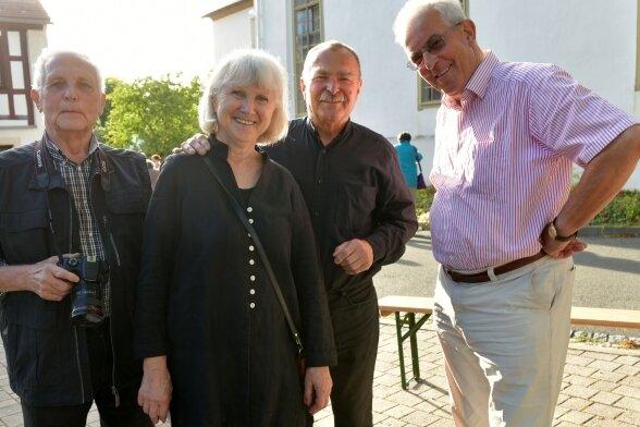 Monika und Rainer Hageni aus Kleinvoigtsberg sind am Dienstagabend in der Kirche Reichenbach verabschiedet worden, hier mit Wolfgang Gramer (r.) und Horst Gießner (l.), einer der Reichenbacher Ortschronisten.
