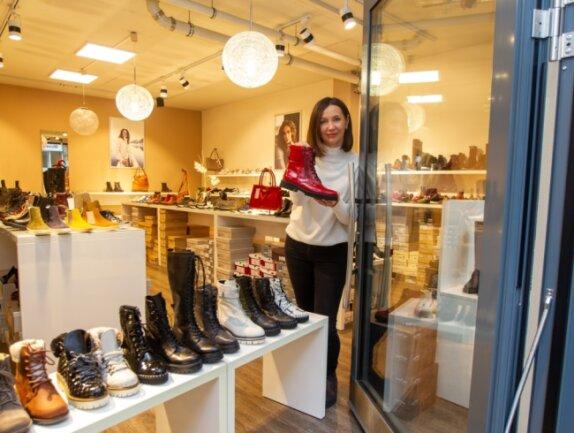 """""""Stellen Sie sich mal eine Innenstadt am Abend vor - ohne die Lichter der Geschäfte."""" Auch Iryna Aleksyeyeva von """"Shoes & Co"""" an der Plauener Marktstraße fordert die schnelle Zulassung von Click & Collect."""