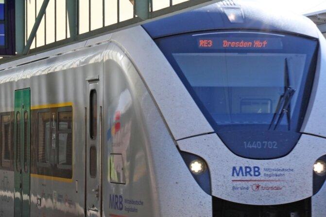 Der Regionalexpress nach Dresden wird umgeleitet. Doch die elektronischen Anzeigen lassen den Zug ausfallen.