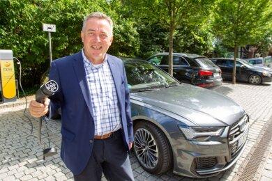 Äußerlich ganz der alte, aber jetzt auch mit Strom unter der Haube: Das neue Dienstfahrzeug von Plauens Oberbürgermeister Ralf Oberdorfer ist ein Plug-in-Hybrid, der auch am Stromnetz geladen werden kann.
