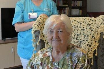 Pflegedienstleiterin Anne-Marie Glaß mit Rita Winter aus Raum, die gern die Tagespflege besucht.