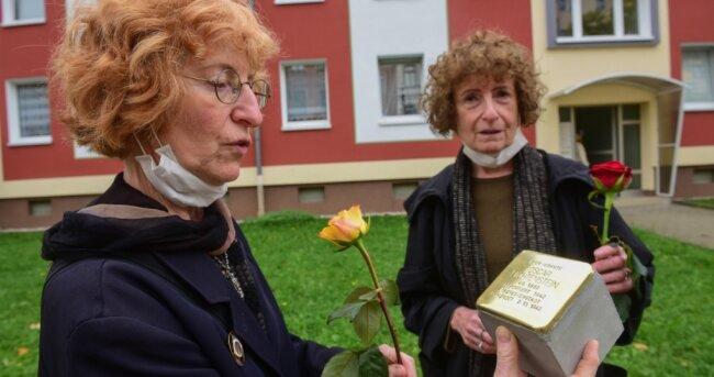 Babette Lichtenstein (links) und Sabine Lichtenstein wohnten am Montag der Verlegung eines Stolpersteins an der Rudolf-Breitscheid-Straße 5 bei. Dort war einst ihr Opa zuhause, den sie nie kennenlernten. Mit diesem gibt es nun 232 Stolpersteine in der Stadt.