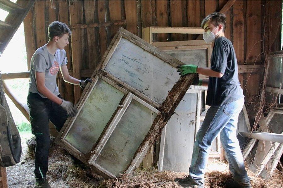 Julien Gruber und Robin Riedel gehören zu den jungen Helfern, die beim jüngsten Arbeitseinsatz beim Entrümpeln kräftig mit zupackten.