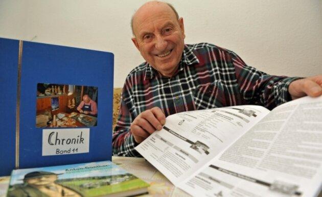 Der Erlabrunner Gotthard Lang schreibt für Amtsblätter der Region Mundartbeiträge, betreut aber auch die Chronik der Freiwilligen Feuerwehr und der Schnitzer seines Heimatortes.