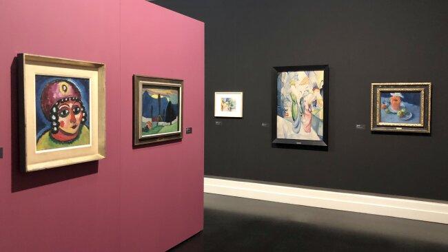 """Links das Bild """"Mädchenkopf mit rotem Turban und gelber Agraffe"""" von Alexej von Jawlensky, mit dem auch für die Sonderausstellung geworben wird."""