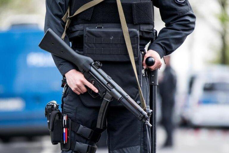 Der Tatort in Dortmund wird von bewaffneten Polizisten bewacht.