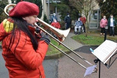 Die Bewohner vom sozialen Zentrum Zwirnereigrund verfolgen das Ständchen des Posaunenchors. Kantorin Christiane Sander und drei weitere Mitstreiter traten auf.