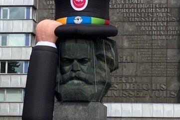 Das Marxmonument trägt für das Hutfestival Zylinder.
