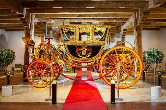 """Diese """"Berline"""" war als Staatswagen bei der Kaiserkrönung am 9. Mai 1790 in Frankfurt am Main dabei. Das Gefährt gehört zu den Höhepunkten der Kutschensammlung in Schloss Augustusburg, die bis 2023 ausgebaut und erweitert wird. Hier ein Blick in die derzeitige Ausstellung."""