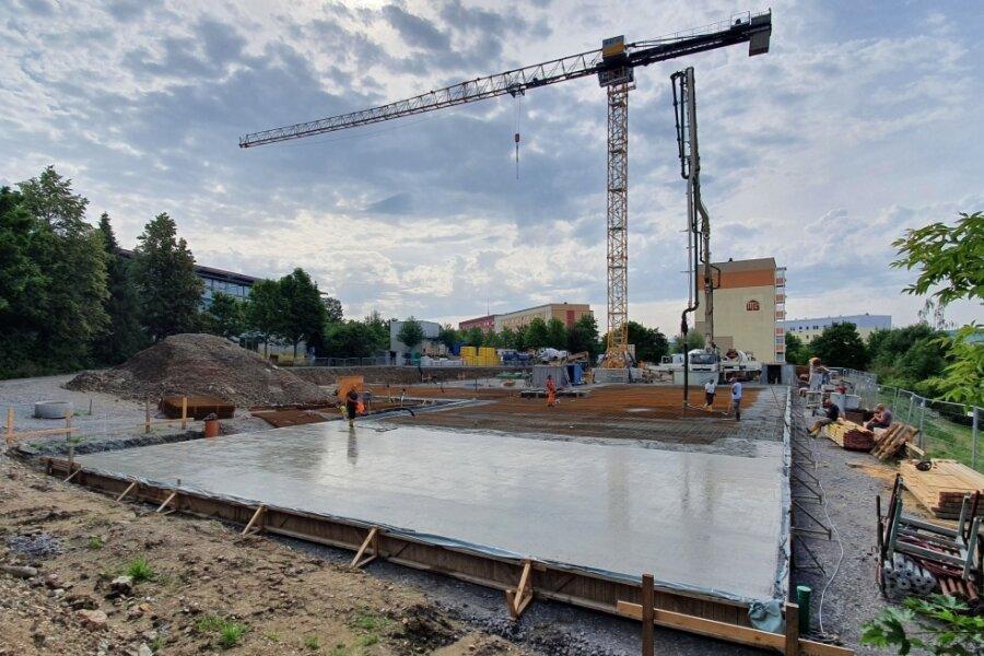 In dieser Woche wurde die Bodenplatte für den ersten Gebäudeteil der neuen Zschopauer Seniorenpflegeresidenz fertiggestellt. 75 Laster waren nötig, um den erforderlichen Beton anzuliefern.
