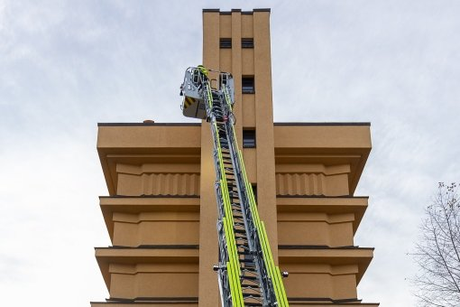 Flugs war die Drehleiter am Wasserturm, dem Reichenbacher Wahrzeichen, bis hinauf zum vorletzten Stock ausgefahren. Eine Top-Kommunikation unter den Einsatzkräften machte es möglich.