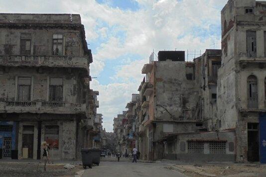 Das andere Kuba. Ein Blick von der Uferpromenade aus in verfallene Viertel Havannas.