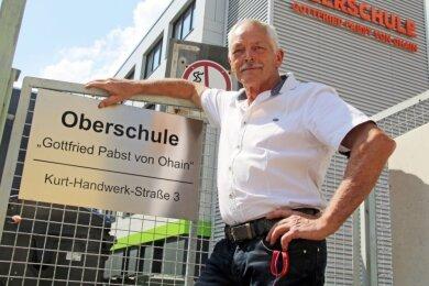 """Abschied: Dieter Heydenreich am Eingang """"seiner"""" Ohainschule. Stolz ist er, dass er ein komplett modernisiertes und erweitertes Schulhaus übergeben konnte."""