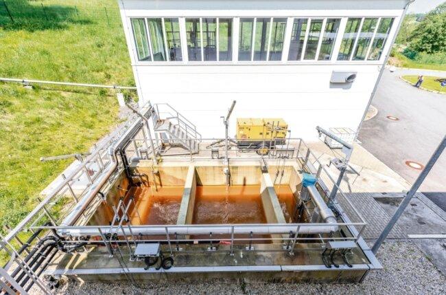Unspektakulär, aber effektiv: Die Wasserbehandlungsanlage der Wismut GmbH mit Neutralisationsbecken und Filterhalle im Luchsbachtal. Das hier gereinigte Grubenwasser fließt in den Luchsbach und mit ihm weiter ins Pöhlwasser.