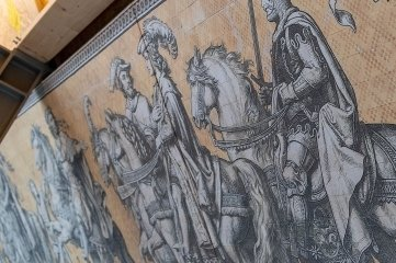 Das Abbild des markanten Dresdner Fürstenzug-Wandbildes ist bereits in der Ausstellung angebracht.