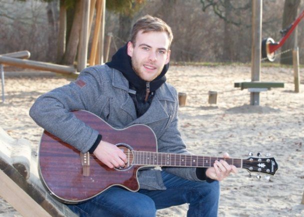 Seit seinem zehnten Lebensjahr spielt der angehende Erzieher Nico Rüdiger Gitarre. Das hat er sich selbst beigebracht. Auch Unterricht hat er schon gegeben.