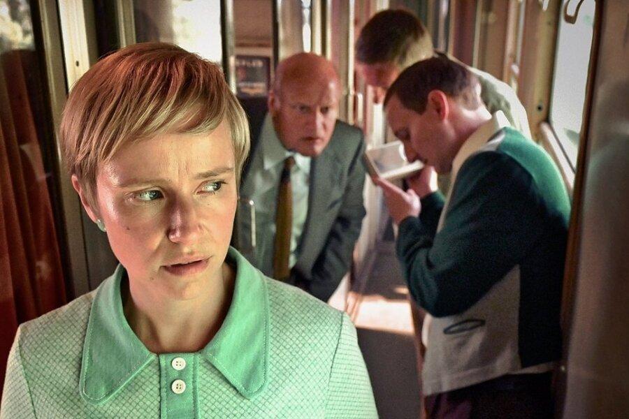 Marlis (Susanne Bormann) erfährt im Zug von Ost nach West vom Mauerbau in Berlin. Wie wird sie sich entscheiden? Ein neues Leben mit ihrer Familie im Westen oder ihr altes Leben in Ost-Berlin? Ihr und ihrer Familie bleibt für eine Entscheidung nicht viel Zeit.