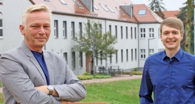Professor Christian Pihl (l.) und Student André Loose suchen nach Wegen, die Arbeitsbedingungen für Menschen in Krankenhäusern und Pflegeeinrichtungen zu verbessern.