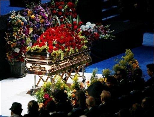 Popstars und Schauspieler aus aller Welt haben dem verstorbenen Popstar Michael Jackson in einer bewegenden Trauerfeier die letzte Ehre erwiesen. Hunderttausende verfolgten im Fernsehen und im Internet das mediale Großereignis im Staples Center in Los Angeles. Der Sarg mit Jacksons Leichnam war im Staples Center aufgebahrt.