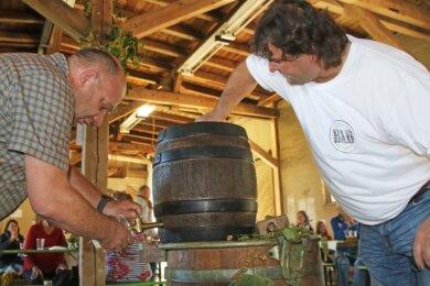 Ronny Erfurt (l.) und Braumeister Mirko Gränz haben zum Frühshoppen das Fass angestochen.