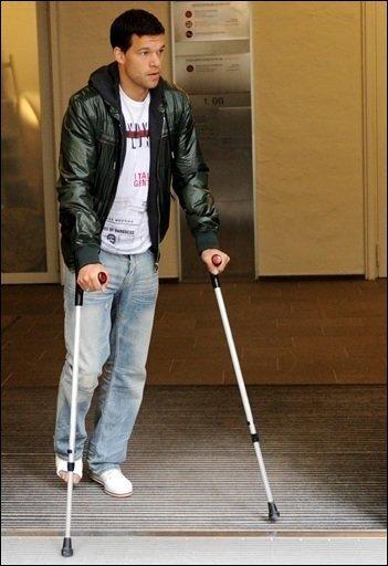 Schock für Fußball-Deutschland: Michael Ballack fällt für die Weltmeisterschaft in Südafrika aus. Seine Knöchelverletzung ist so schwer, dass er nicht spielen kann.