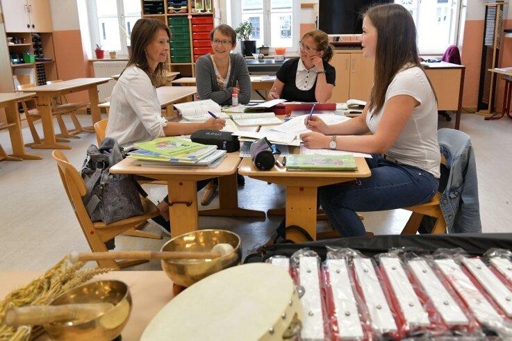 Die Saydaer Grundschullehrerinnen Diana Richter, Anna-Maria Steinert,Marion Baumgartner und Lehramtsanwärterin Lisa Rothe bereiten das neue Schuljahr vor.