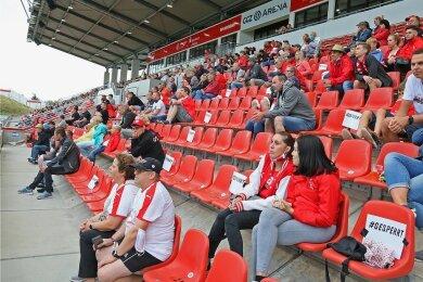 """Beim öffentlichen Training des FSV Zwickau waren vor einer Wochen 800 FSV-Anhänger in der GGZ-Arena. Zum ersten Punktspiel wird das """"Schwanennest"""" am 19. September zu einem Drittel gefüllt sein."""