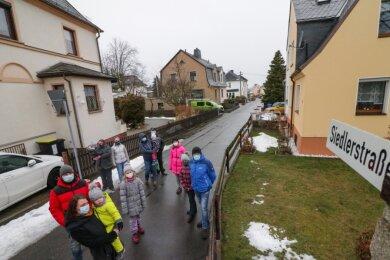 An der Siedlerstraße leben mehrere Familien mit Kindern. Weil die oft an der Straße spielen, sorgen sich Eltern um die Sicherheit.
