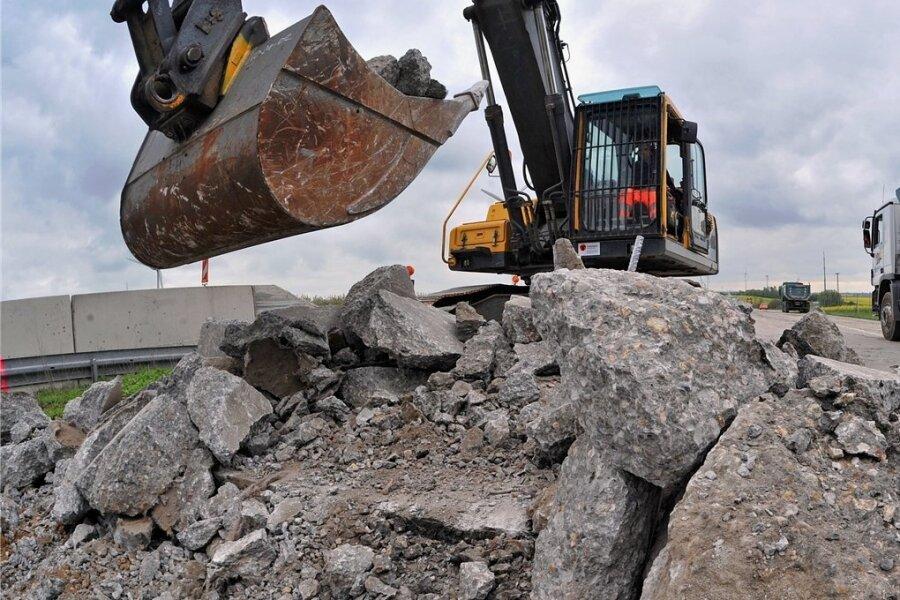 Mit schwerem Baugerät brachen Arbeiter vor zehn Jahren die Betonfahrbahn der Autobahn A14 nahe der Anschlussstelle Mutzschen auf. Die Fahrbahn musste saniert werden und erhielt einen Belag.