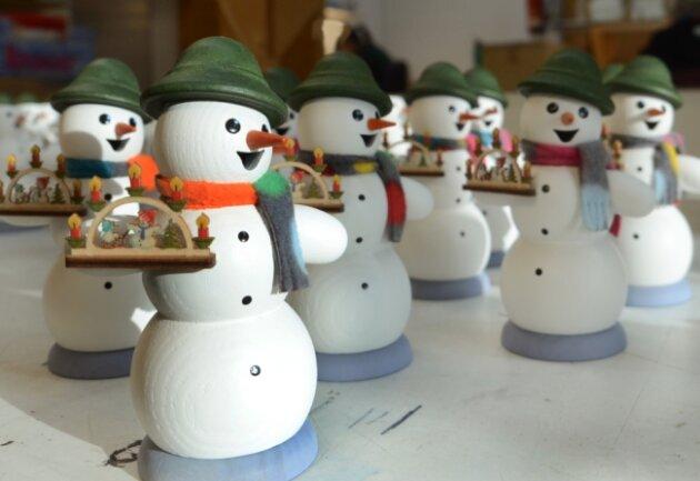 Sorgen in vielen Stuben für Adventsstimmung: Räucherfiguren wie diese Schneemänner aus der Drechslerei Kuhnert in Rothenkirchen.