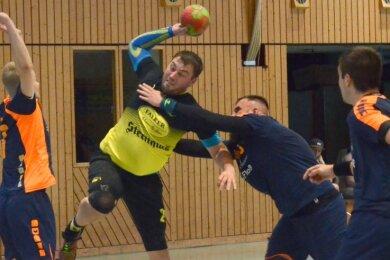 Der Oelsnitzer Felix Bechler, hier wird er beim Wurf von Lengenfelds Alexander Rudolph angegriffen, erzielte zehn Tore.